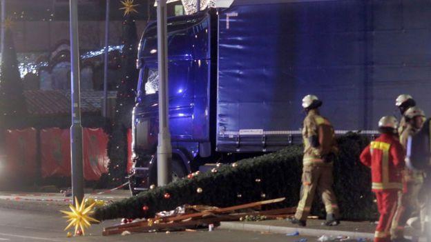 撞壞的卡車旁邊橫倒著一棵聖誕樹