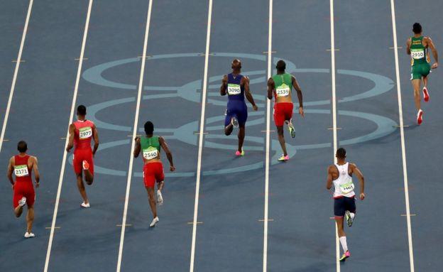 Van Niekerk lidera el grupo desde la octava calle (a la derecha) en la carrera de los 400 metros en las Olimpiadas de Río 2016.