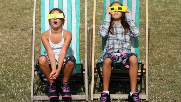 Niños con gafas mirando un eclipse