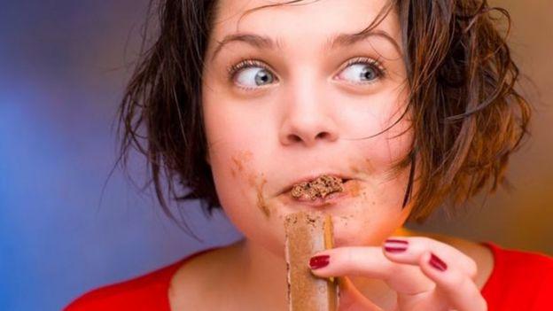 يقبل الكبار على تناول الشوكولاتة بشره واضح