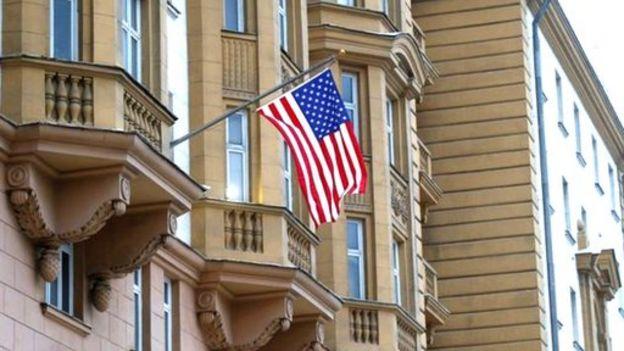 Bandera de Estados Unidos en una sede diplomática