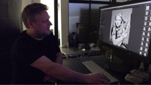 Imagen de Rankin viendo una foto de Alanah en la computadora.