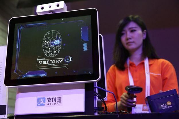 Mujer demuestra la tecnología de reconocimiento facial de Alipay