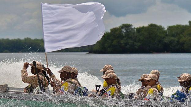 Decenas de combatientes se movilizaron a los centros de normalización en botes.