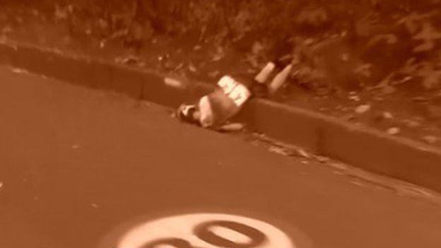 Annemiek van Vleuten yace torcida en la carretera después del accidente.