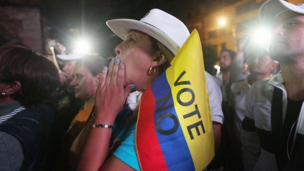 Una mujer sostiene una bandera con el NO al acuerdo de paz en Colombia
