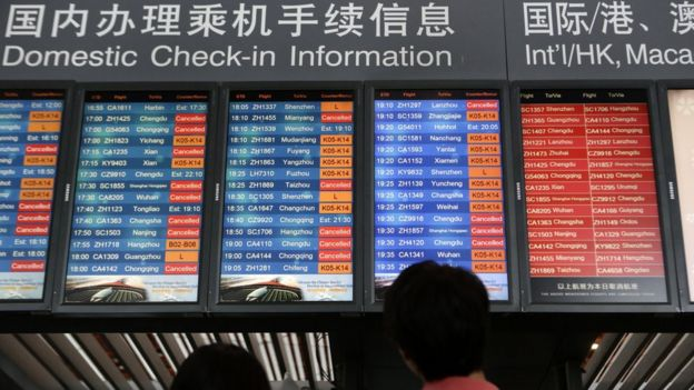北京首都機場旅客查看航班信息屏幕(中新社圖片19/7/2016)