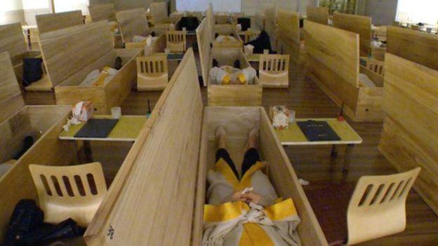 Pacientes del centro Hyowon de Seúl dentro de ataúdes de madera.