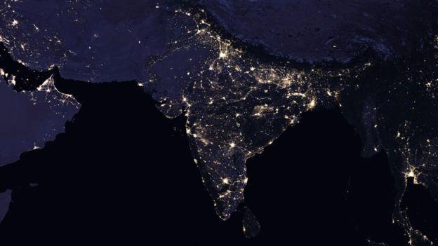 ภาพถ่ายจากปี 2016 แสดงให้ว่าเห็นอินเดียสว่างขึ้น เมื่อเทียบกับภาพถ่ายดาวเทียมเมื่อปี 2012
