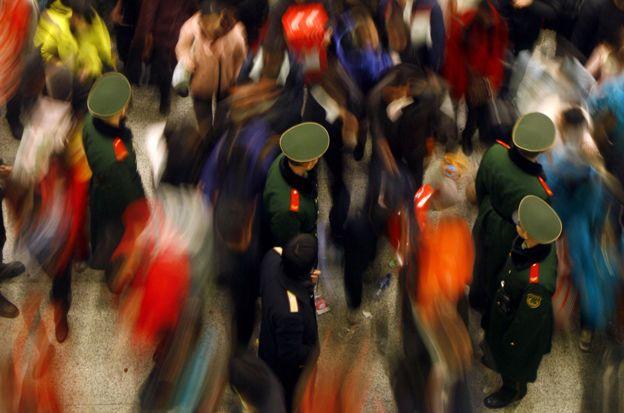 Multitud en una estación de buses.