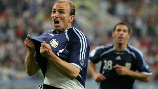 Cambiasso celebra frente a Serbia y Montenegro