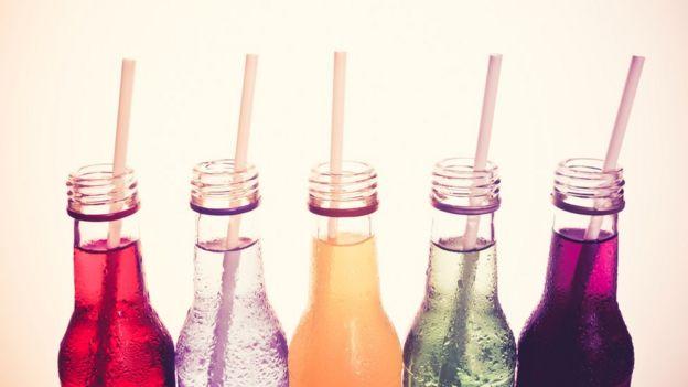 Garrafas de bebidas coloridas com canudos