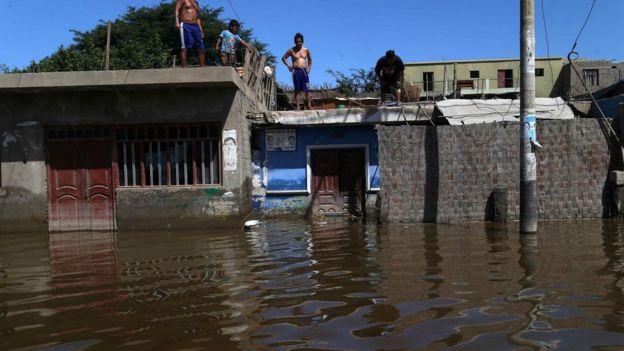 Casas inundadas en Ancash, en la costa peruana.