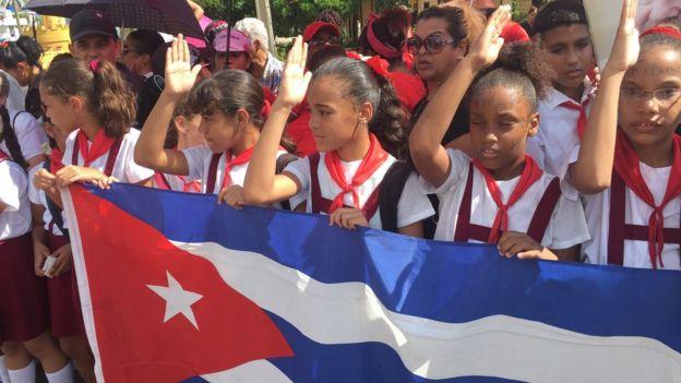 Niños saludan el paso del cortejo fúnebre con las cenizas de Fidel Castro.