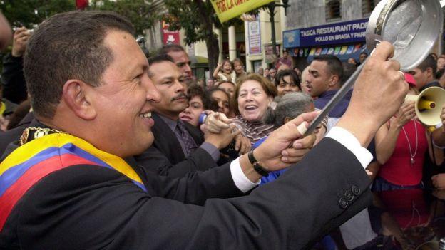 Hugo Chávez com panela na mão e multidão