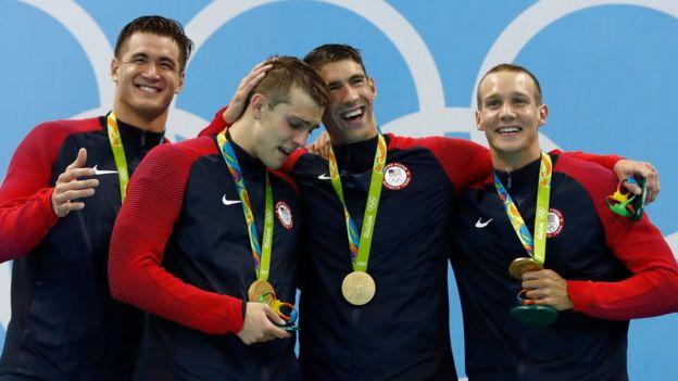 El equipo de Estados Unidos de 4x100 metros libres en el podio