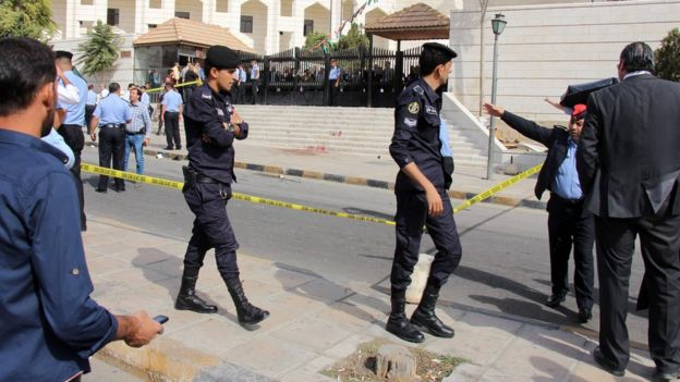 Police outside Amman courthouse where Nahid Hattar was killed (25 Sept)