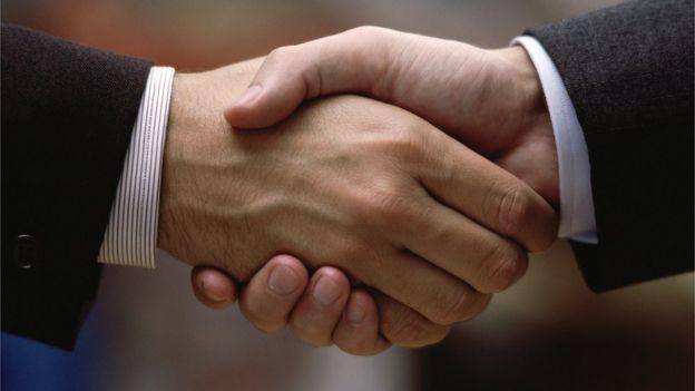 Dándose la mano.