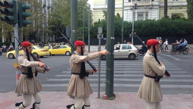 Guardias fuera del Parlamento griego