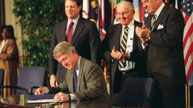 Bill CLinton signs Nafta 08 December 1993