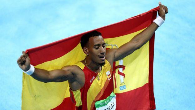 Orlando Ortega celebra su plata en 110 metros con vallas.