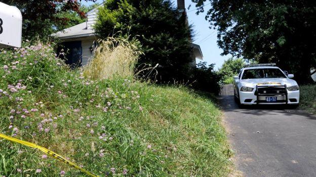 Una patrulla policial frente a la casa de Kaplan.