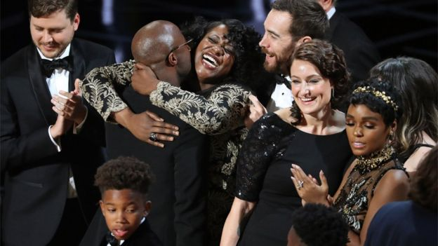 Elenco de Moonlight celebra.