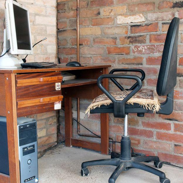 Una computadora contra la pared