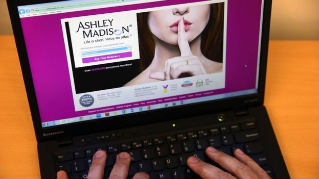 Una laptop con una imagen del sitio Ashley Madison