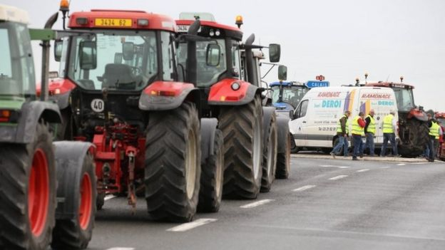 Tractors blockade a road near Calais (05 September 2016)