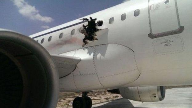 محققون يقولون إن انفجار جهاز كومبيوتر محمول أحدث ثقبا كبيرا في الطائرة الصومالية