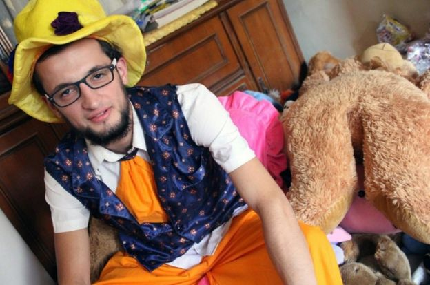Una foto de Anas al Basha, vestido como payaso en su casa en Alepo.
