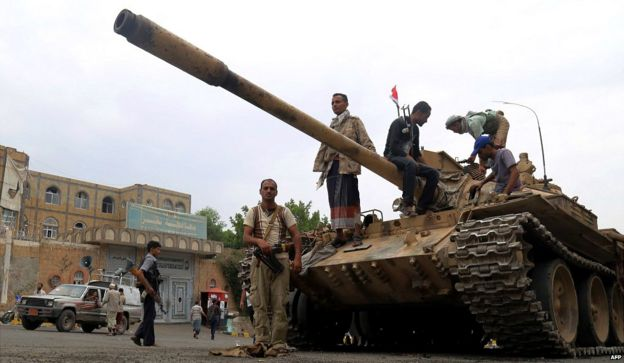 Fighters loyal to Yemen's exiled government stand guard in Taiz, after they seized it from rebel fighters - 18 August 2015