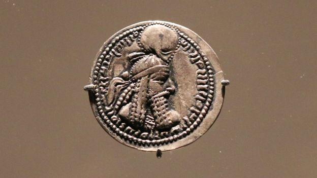سکهای از دوران اردشیر بابکان، نخستین پادشاه سلسله ساسانی در سده سوم میلادی، در گالری فریر سکلر