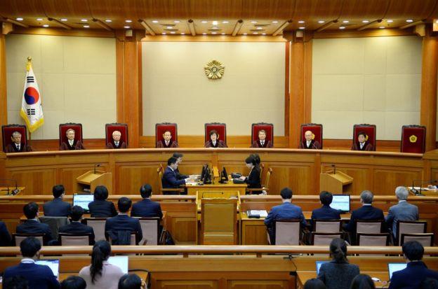 憲法裁判所所長李正美在當地時間11點20分左右正式宣佈,全員一致通過彈劾朴槿惠總統。