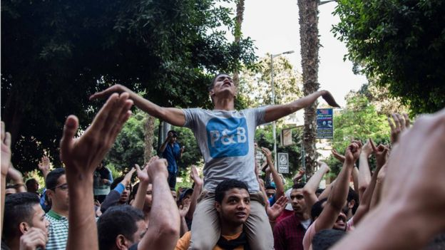 Anti-government protesters shout slogans during a protest in Cairo, Egypt, 25 April 2016.