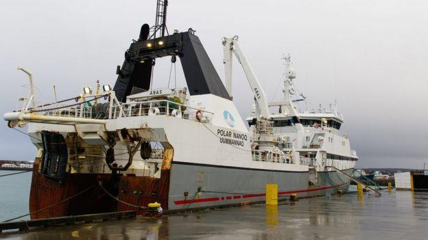 Las autoridades de Islandia obligaron a este navío pescador a que regresara al puerto cercano a Reikiavik.