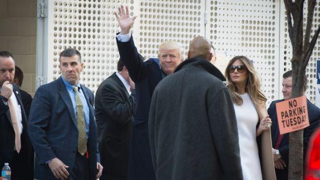 Trump y su esposa saludan a la salida del centro de votación en Nueva York