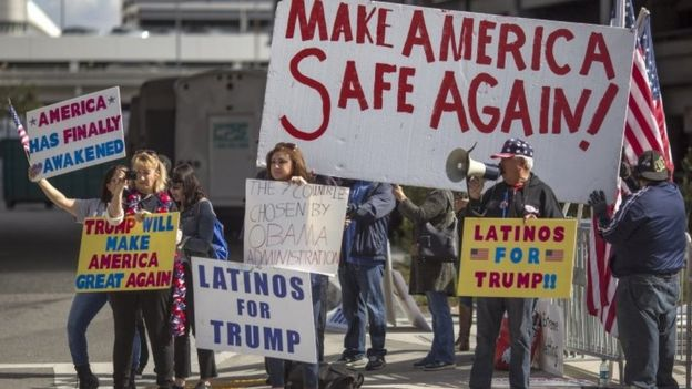 Donald Trump supporters in demonstrate at Los Angeles airport. Photo: 4 February 2017