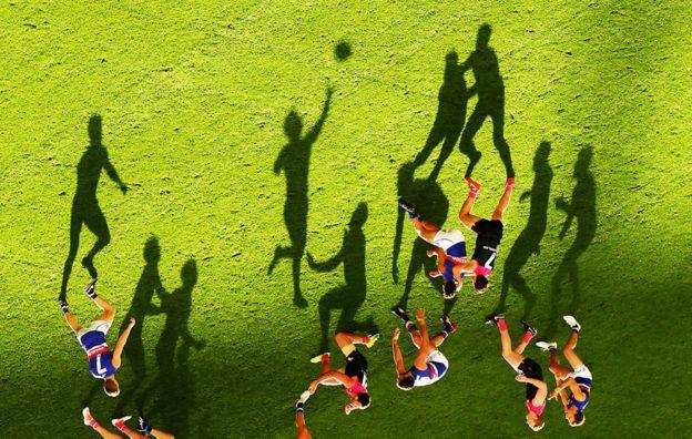 Juego de fútbol australiano entre los Melbourne Demons y los Wester Bulldogs