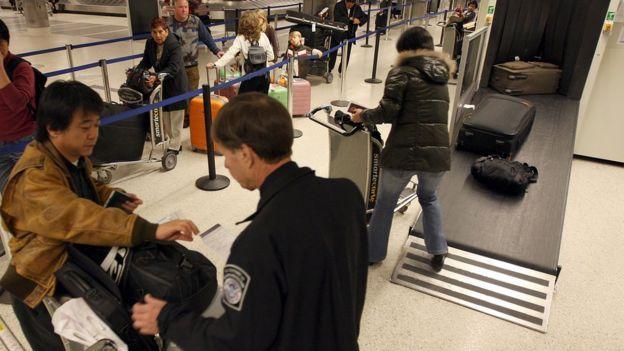 Revisión de equipajes en una aeropuerto de EE.UU.