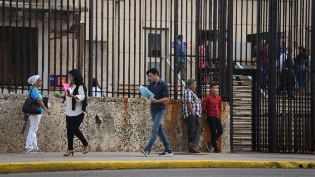 Cubanos afuera de la embajada de EE.UU. en Cuba