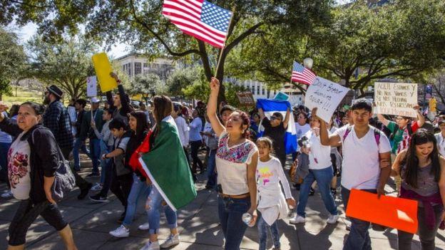 Decenas de manifestantes protestaron en Austin, la capital de Texas.