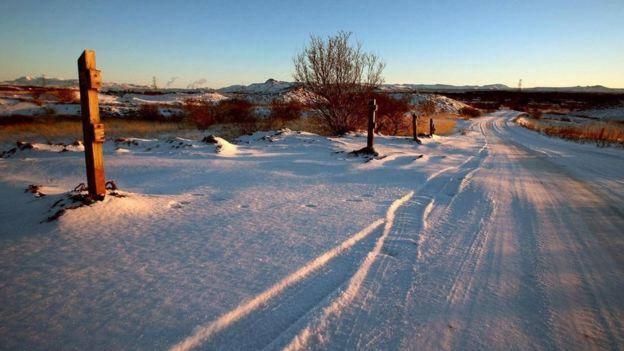 Marcas de auto en la nieve en un paraje solitario en Islandia