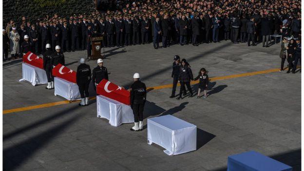 جنازة للعسكرين الأتراك الذين قضوا في انفجار السبت