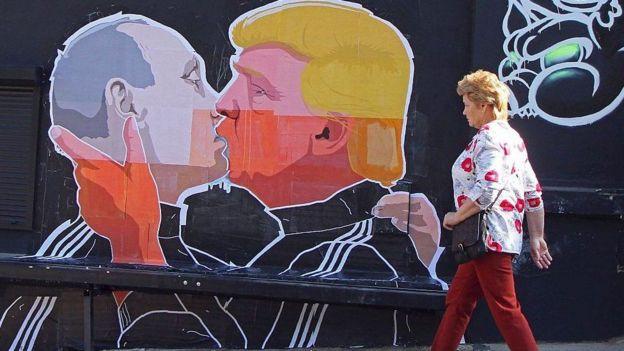 Mural de Trump y Putin besándose en Lituania