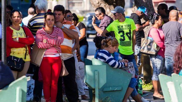 Gente esperando su visa en La Habana