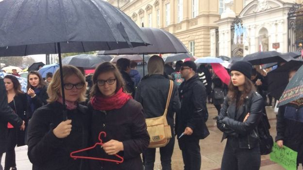 Varşova Üniversitesi'nin önünde protestolara katılan Maria (solda) ve Dagny