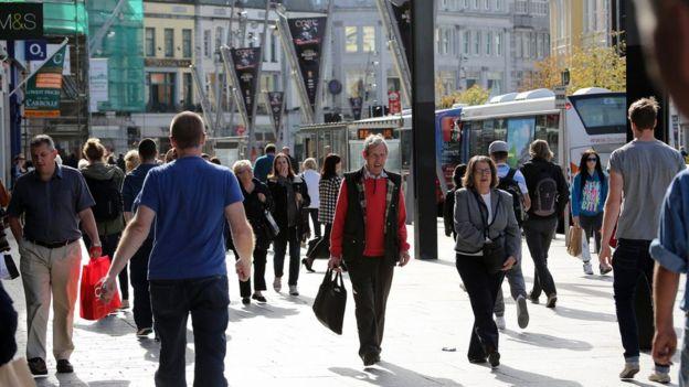 Irlandeses en una calle.