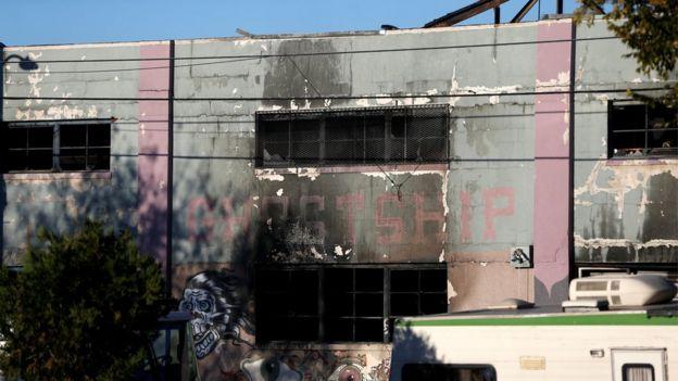 Paredes y marcos de ventanas carbonizadas tras el incendio.